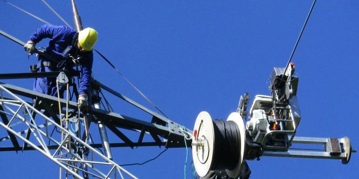 Tendido de postes para fibra óptica